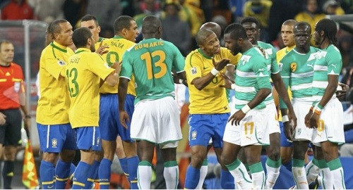 Michel Bastos argues with Siake Tiene (FIFA.com/Getty Images/Martin Rose)